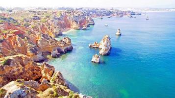 Vue aérienne de roches naturelles près de lagos en algarve portugal photo
