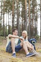 pleine longueur, de, jeune, randonnée, couple, délassant, dans, forêt photo