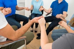 les gens prient ensemble photo