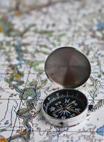aventure des satellites - carte et boussole. photo