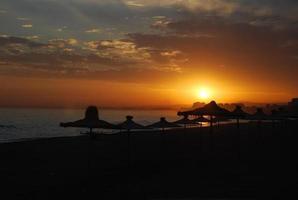Le soleil couchant sur la plage photo