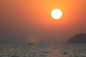 bateau coucher de soleil photo