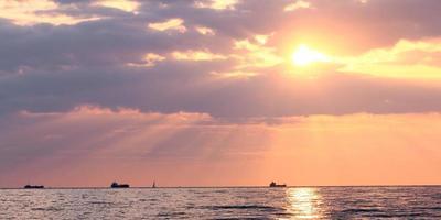 coucher de soleil sur l'océan photo
