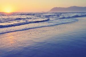 beau coucher de soleil sur l'océan photo