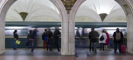 andén del metro de moscú con el metro llegando photo