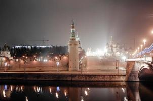 aérienne du kremlin de moscou la nuit. photo
