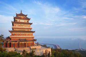 beau temple antique au bord de la mer, Chine