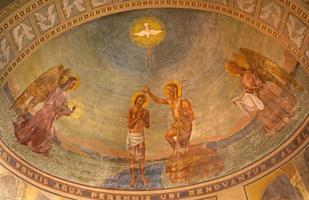 milan - baptême du christ fresque dans l'église san agostino photo