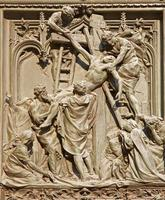 milan - dépôt de la croix sur la porte principale du duomo