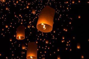 lampe flottante du peuple thaïlandais photo