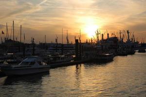 Coucher de soleil sur le port de Hambourg photo