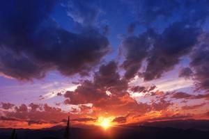 coucher de soleil chaîne de montagnes photo