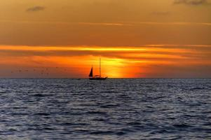 silhouette coucher de soleil voilier