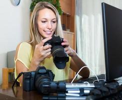 photographe femme devant ordinateur portable
