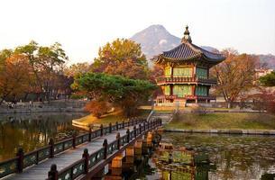 pagode au coucher du soleil. photo