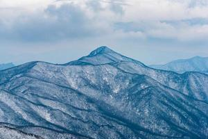 paysage d'hiver neige blanche de montagne en Corée. photo