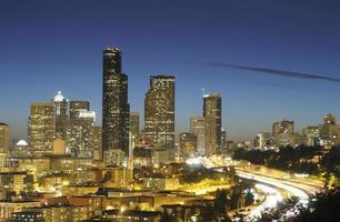 gratte-ciel de Seattle et autoroute la nuit photo