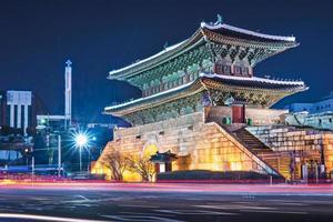 une belle image lumineuse de la porte namdaemun photo