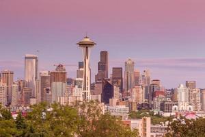 Panorama de l'horizon de Seattle au coucher du soleil vu de kerry park photo