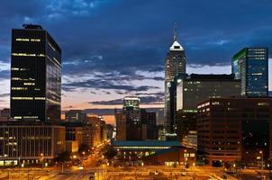 Skyline d'Indianapolis au coucher du soleil.