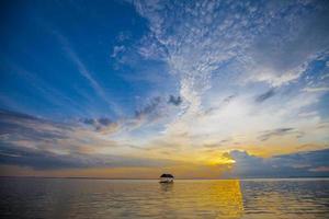 flottant au coucher du soleil