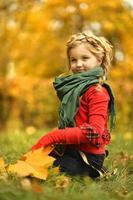 fille dans le parc en automne photo