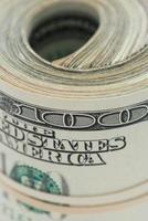 Gros plan d'un rouleau d'argent de 100 $