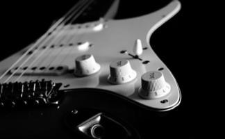 bouton de guitare électrique, n & b traité isolé photo