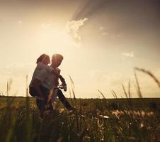 couple heureux en plein air, l'été photo