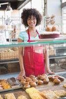 jolie employée posant derrière le comptoir photo