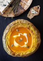 soupe de citrouille cuite au potiron sur ardoise noire