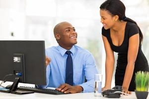 gestionnaire africain avec femme d'affaires travaillant sur ordinateur photo