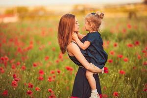 mère avec fille en plein air