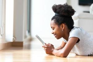 femme afro-américaine à l'aide d'une tablette tactile