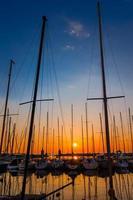 yachts au coucher du soleil