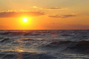 beau paysage marin avec coucher de soleil photo
