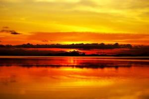 ciel coucher de soleil et lac photo