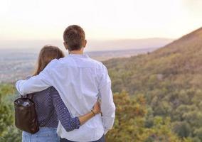 couple romantique avec le regard au coucher du soleil