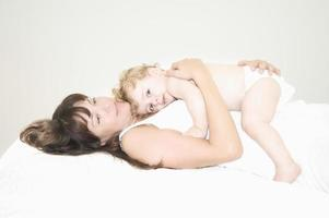 bébé couché sur la mère au lit photo