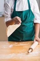 faire de la pâte à pizza photo