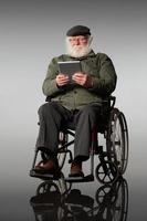 personne âgée, fauteuil roulant, utilisation, tablette numérique photo