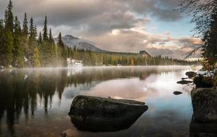 automne dans les montagnes tatra, strbskie pleso lake, slovaquie