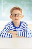 jeune étudiant assis au bureau