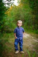 heureux jeune garçon à l'extérieur