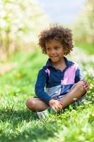 mignon petit garçon afro-américain jouant en plein air - les Noirs photo