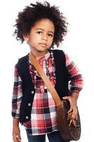 jeune fille noire habillée en chemise à carreaux et gilet noir photo