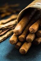 cigares cubains dans une boîte traditionnelle de feuilles de palmier photo