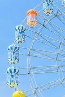 grande roue d'amusement dans le parc photo