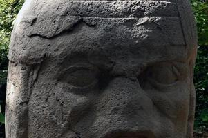 gros plan tête olmèque photo