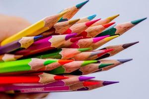 Crayons de couleur isolés sur fond blanc se bouchent
